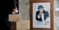 Граффити уличного художника с просьбой сидеть дома во время распространения коронавируса. Архивное фото