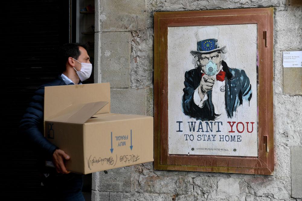 В Барселоне появилось граффити уличного художника TVBoy, которое призывает людей оставаться дома. Правительство Испании объявило о введении режима чрезвычайной ситуации в стране из-за ситуации с распространением коронавируса COVID-19.