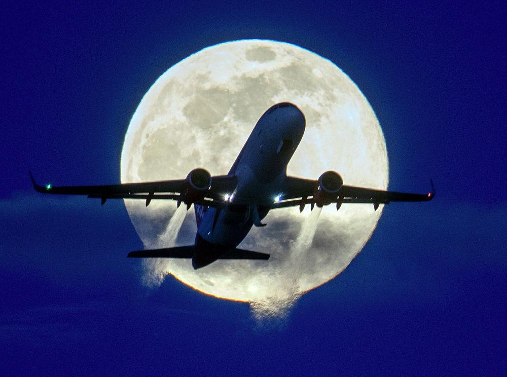 Самолет на фоне Луны в аэропорту Франкфурта