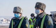 Сотрудники пограничных войск Казахстана на территории аэропорта Алматы. Архивное фото