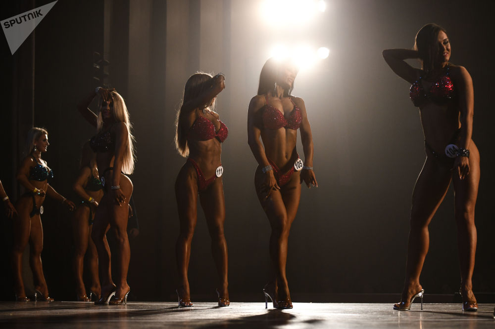 Участницы соревнований в номинации фитнесс-бикини во время выступления на Чемпионате Новосибирской области по бодибилдингу в ДК им В.П. Чкалова в Новосибирске.