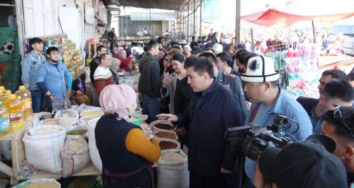 Мэр Оша Таалайбек Сарыбашов посетил рынок города и узнал текущую ситуации с ценами на муку и другие продовольственные товары
