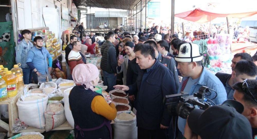 Ош шаарынын мэри Таалайбек Сарыбашов тиешелүү кызматтар менен борбордук базарды кыдырып чыкты