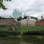 Ар тараптан храм комплекси менен Собор тоосу көрүнүп турат. Сепилдин дубалдары айланасына XVI кылымдын аягында тургузулган. Анын көп бөлүгүн 1812-жылы Москвадан чегинген Наполеондун аскерлери талкалап кеткен. Коргонду толук айланып чыгыңыз (6,5 чакырым), дөңсөөлөр менен бирде өйдө, бирде ылдый жүрүп отурасыз. Смоленскинин этегинде турган жоо кабылгандай эле сезимдерге тушугасыз, — деп сунуштайт гид Наталья Михайловская. Бирок ашыкканыңыз оң, себеби келерки жылга бул курулушту рестраврациялоо пландалган.