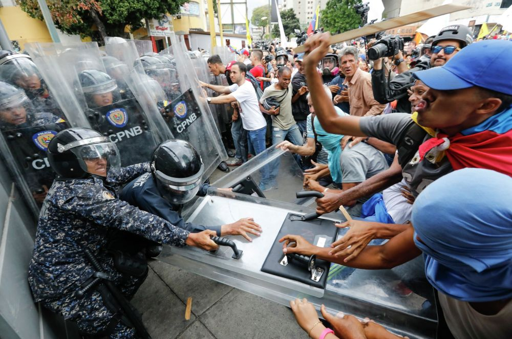 Столкновения оппозиционных протестующих с полицией блокируют их марш в Каракасе. Венесуэла 10 марта 2020 года