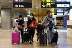 Пассажиры в защитных масках в международном аэропорту. Архивное фото