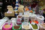 Продуктовые товары на одном из рынков Бишкека. Архивное фото