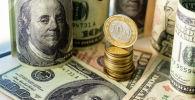 Долларовые купюры и монеты казахского тенге. Иллюстративное фото