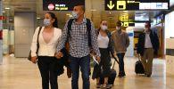Эл аралык аэропортунда жүргүнчүлөр. Архив