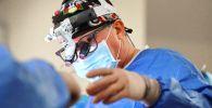 Хирург во время операции. Архивное фото