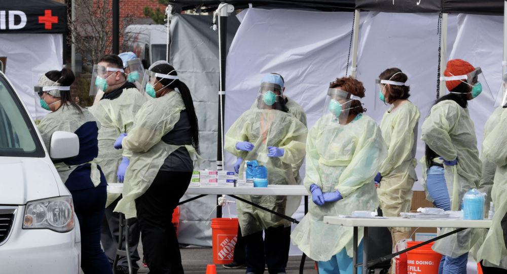 Медицинские работники проводят обследование пациентов на наличие коронавируса. Архивное фото