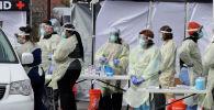 Медициналык кызматкерлер бейтаптардан коронавируска текшерип жатышат. Мейфилд-Хайтс, Огайо штаты, АКШ