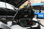 Электромобиль во время зарядки. Архивное фото