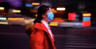 Женщина, одетая в защитную маску. Архивное фото