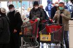 Покупатели стоят возле супермаркета по случаю коронавируса