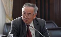 Саламаттык сактоо министринин орун басары Төлө Исаков. Архивдик сүрөт