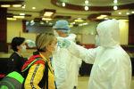 Медицинские работники в аэропорту Манас проверяют температуру прибывших из зарубежных стран. Архивное фото