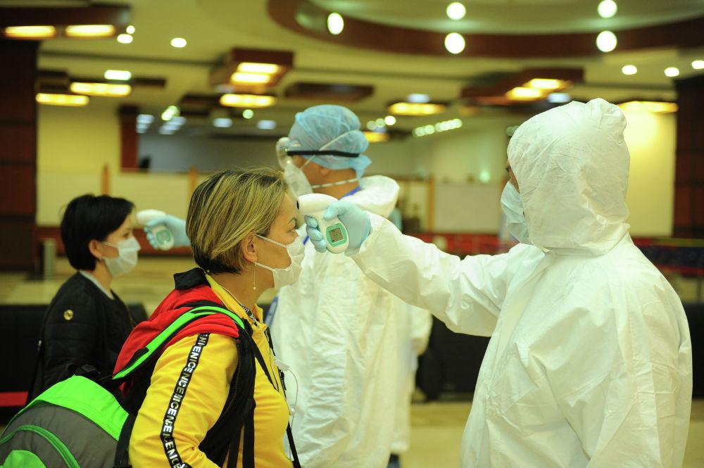 Проверка медицинской службой аэропорта «Манас» соотечественников прибывающих из зарубежных стран. 18 марта 2020 года