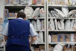 Стеллаж с посылками в открывшемся отделении Почты России нового формата в Академическом микрорайоне Екатеринбурга.