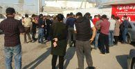 Люди стоят у мукомольного комбината Тулпар для покупки мешков муки в микрорайоне Манас-Ата в Оше