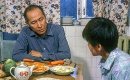 Кыргызский актер кино, художник, народный артист СССР Суйменкул Чокморов с сыном Бактыгулом. 1987-год, Фрунзе