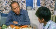 Белгилүү актёр, сүрөтчү Сүймөнкул Чокморов менен анын уулу Бактыгулдун сүрөтү 1987-жылы Фрунзе (азыркы Бишкек) шаарында өз үйүндө тартылган