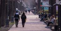 Люди на бульваре Эркиндик в Бишкеке. Архивное фото