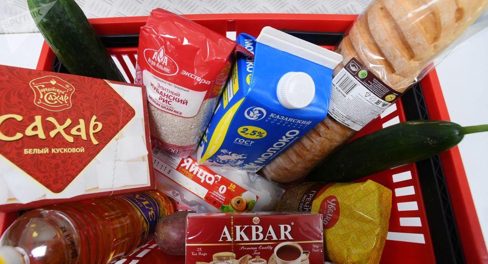Корзина с продуктами в одном из магазинов города. Архивное фото