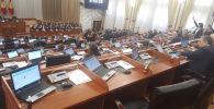 Бүгүн Жогорку Кеңештин депутаттарынын ар биринин столуна антисептик каражаты коюлду