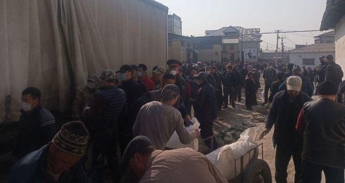 Очереди за покупкой муки на ярмарке в Оше