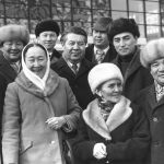 Атактуу актриса Даркүл Күйүкова, Сабира Күмүшалиева, төкмө акын Эстебес Турсуналиев жана алардын замандаштарынын сүрөтү 1980-жылдары тартылган