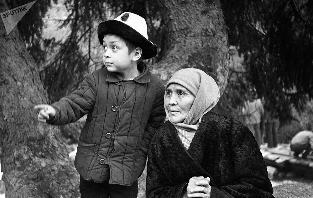Залкар актриса менен кичинекей Нургазы Сыдыгалиев. Атактуу Ак кеме тасмасынан көрүнүш