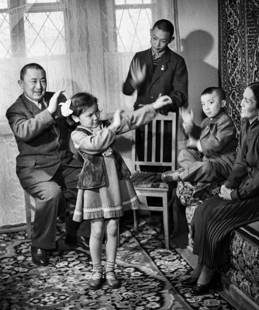 Кыргыз театр жана кино өнөрүнүн легендасы Муратбек Рыскулов Сабира апанын өмүрлүк жубайы болгон