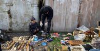 В Бишкеке задержаны двое мужчин и подросток, у которых изъяли большое количество оружия