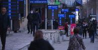 Табло обменных бюро на пересечении улиц Московской и Байтик-Баатыра в Бишкеке. Архивное фото