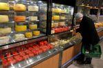 Киши супермаркете сыр тандап жаткан убакыыта. Архив
