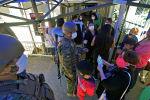 Солдаты в медицинских масках возле медицинского центра