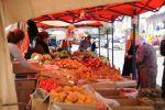 Жители города Баткен на рынке города.