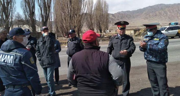 Сотрудники милиции во время проверки на въезде в Нарынскую область