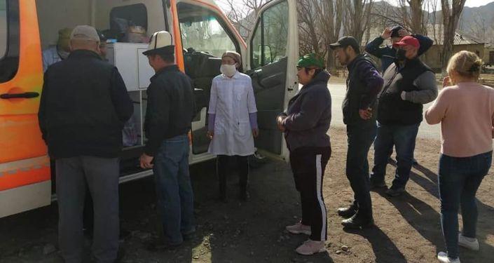 Медицинские работники во время проверки на въезде в Нарынскую область