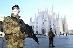 Военные офицеры в масках стоят возле собора Дуомо, закрытого властями из-за вспышки коронавируса в Милане. Архивное фото