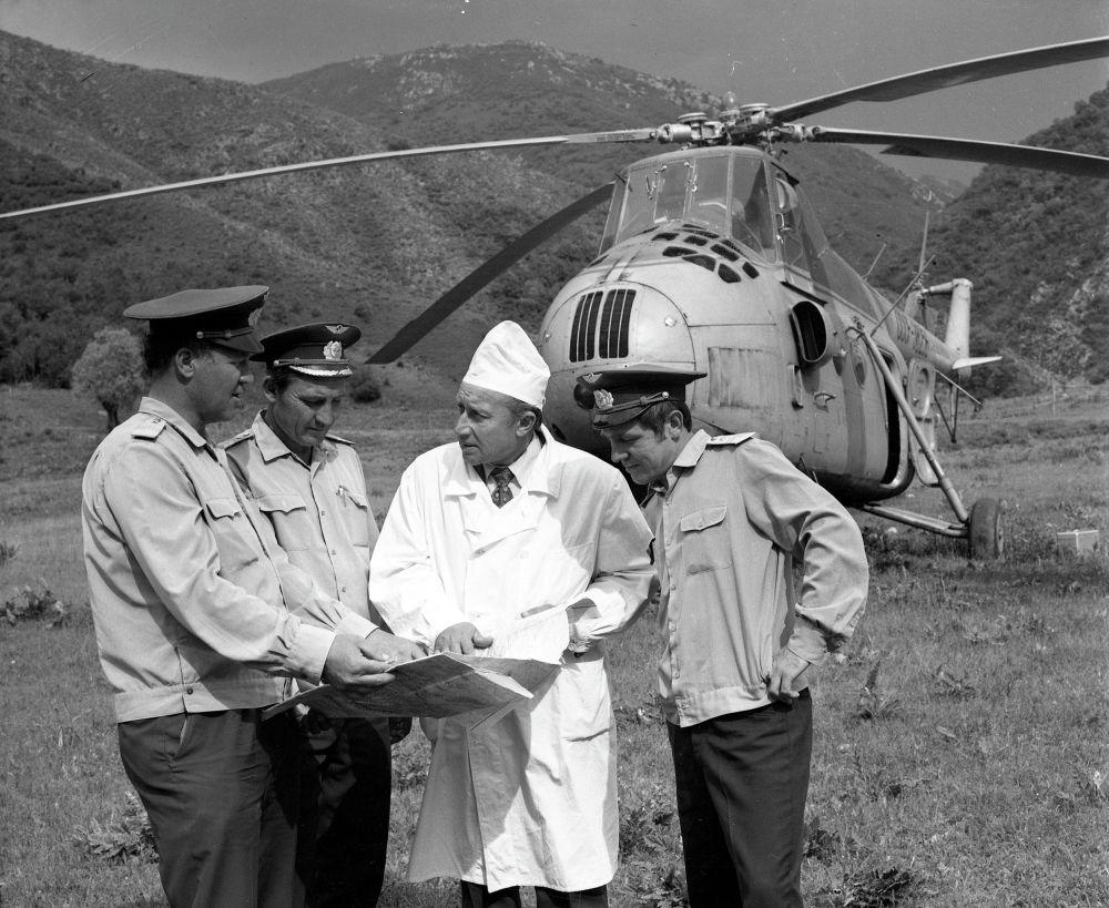 Начальник Санитарной авиации с коллегами. 1972 год