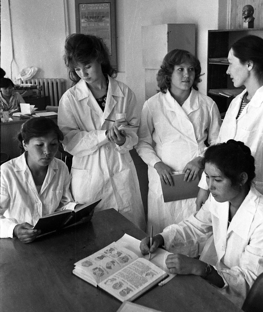 Студенты в медицинском училище. Июнь 1987 года