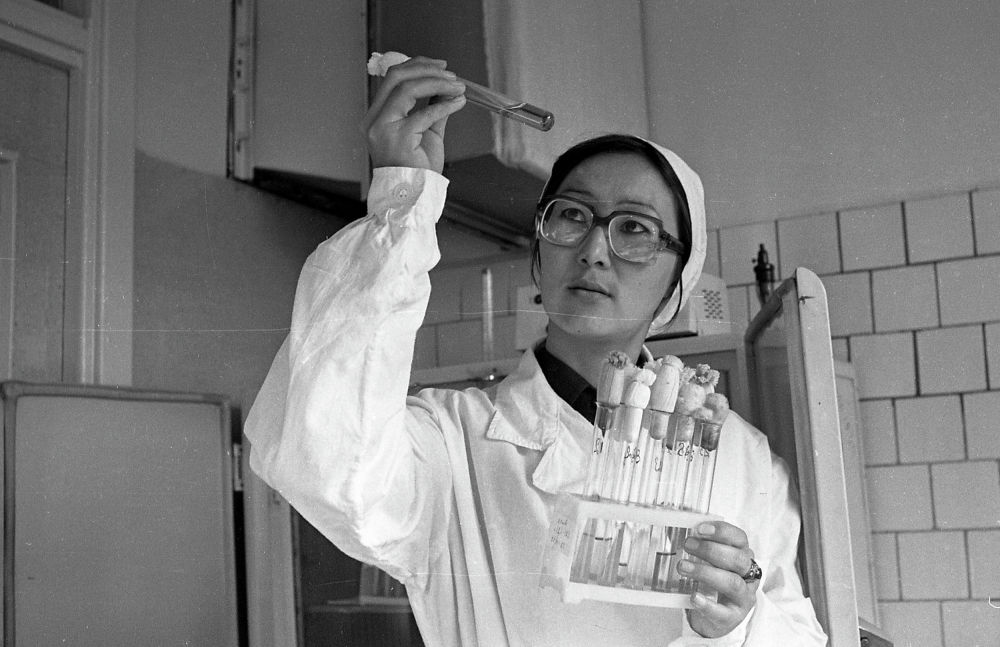 Сотрудница биолаборатории в Академии наук Киргизской ССР. 12 декабря 1983 года