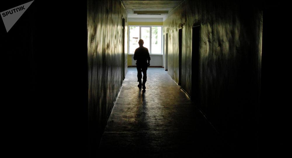 Оорукананын коридорундагы киши. Архивдик сүрөт
