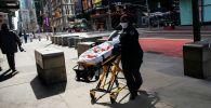 Нью-Йорк шаарында коронавируска кабылган кишини ташуу. Архивдик сүрөт