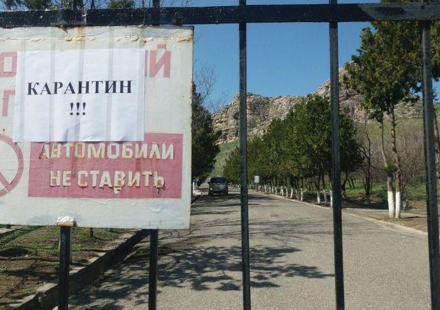 Закрытый на карантин въезд в Сулайман-Тоо в Оше после введения чрезвычайной ситуации в Кыргызстане из-за коронавируса