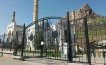 Ош шаарындагы Сулайман-Тоо жанындагы карантинге жабылган мечит. Архив