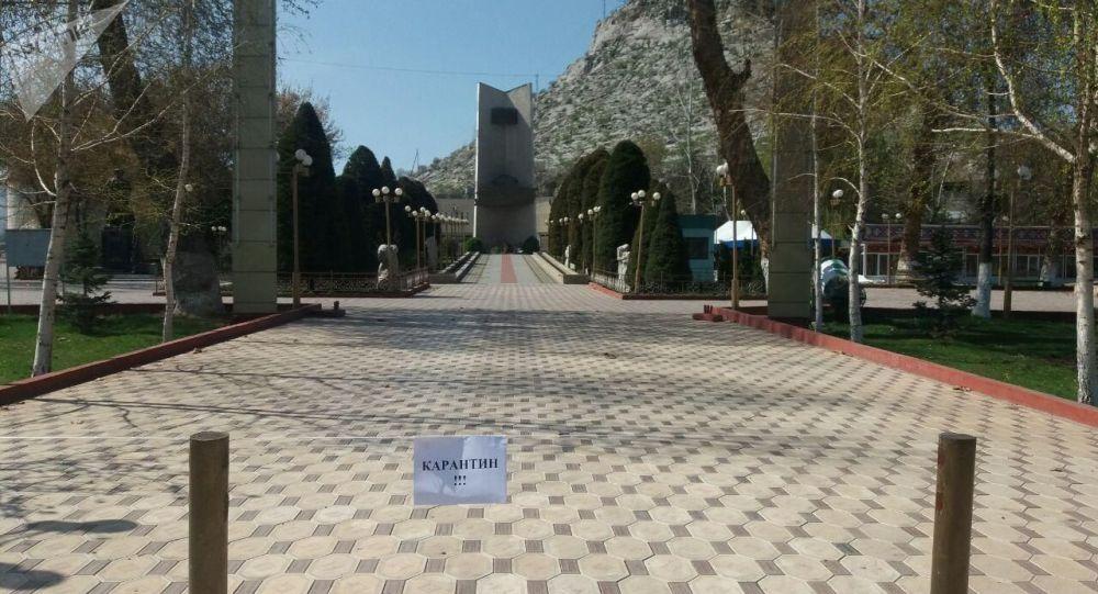 Закрытый на карантин фонтан в центре Оша после введения чрезвычайной ситуации в Кыргызстане из-за коронавируса