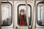 Мужчина в защитной маске в вагоне метро в Тбилиси.